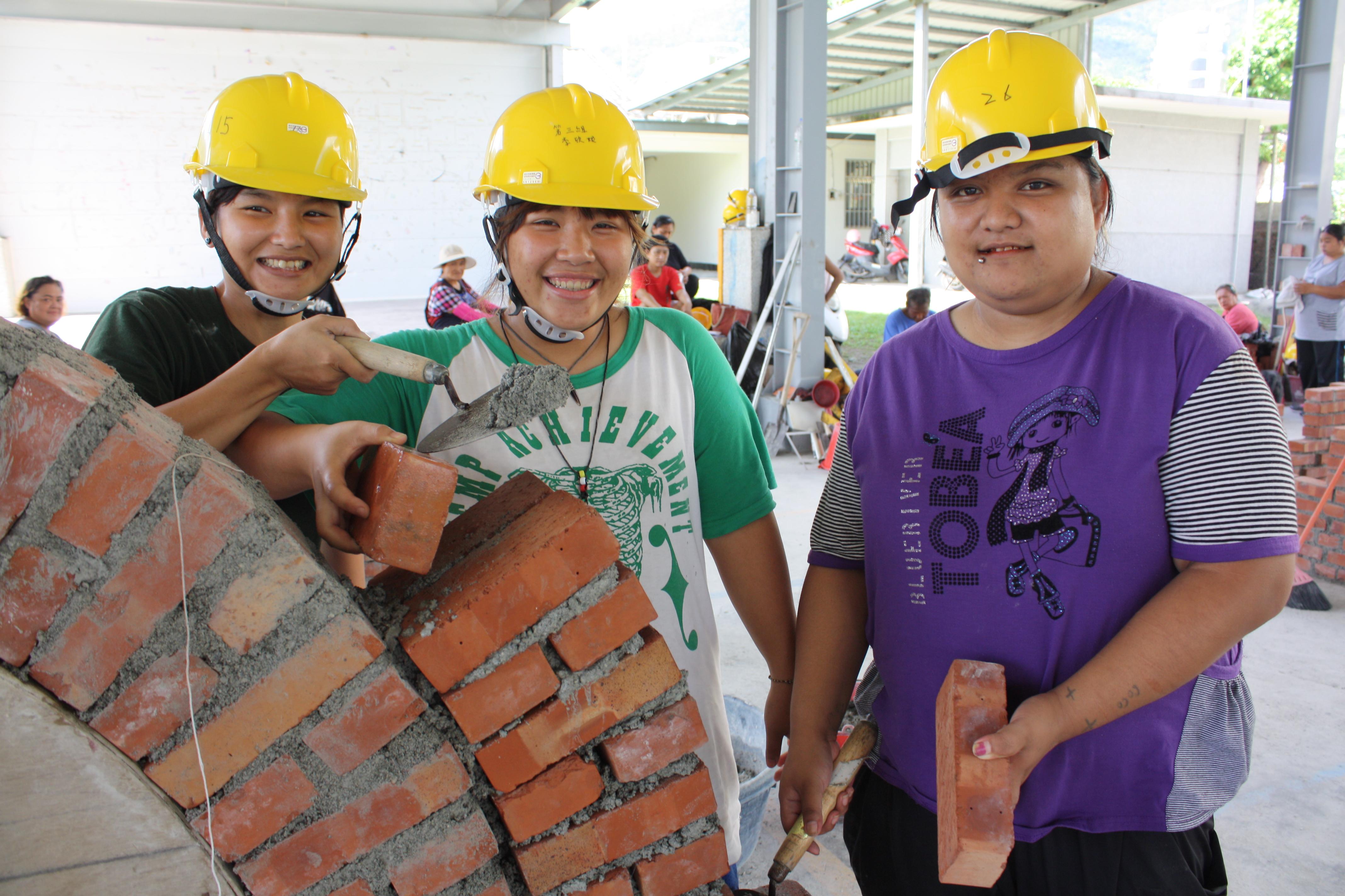 妙齡女孩們不怕苦 參與營建技術班學一技之長