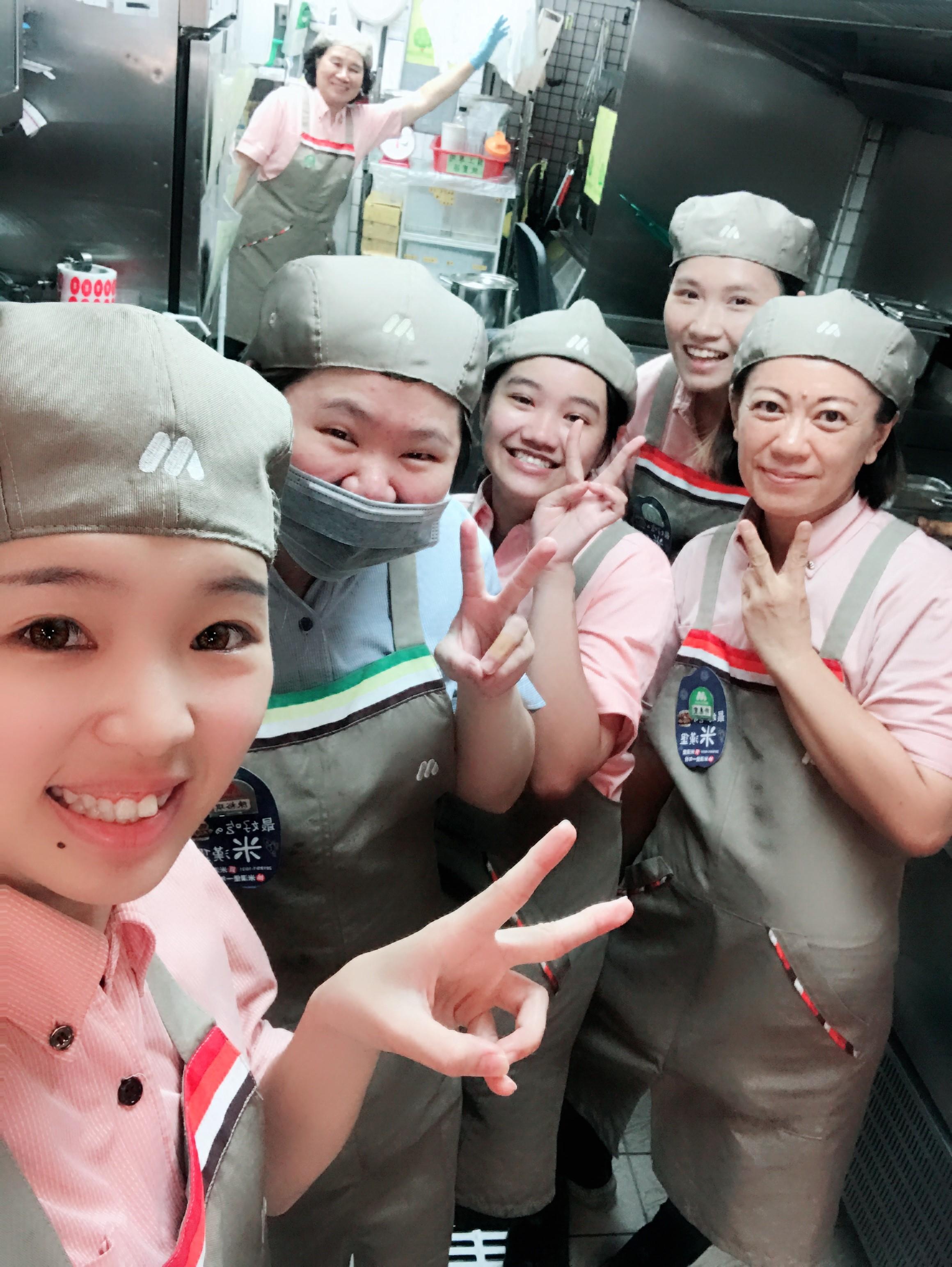 容瑜(左1)擔任小組長,充實的4年訓練,她已成為有實力的新鮮人。